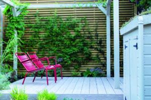Dřevoplastová terasa růžové židle