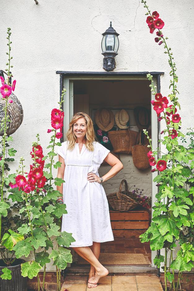 Majitelka Rebecca ve dveřích domečku