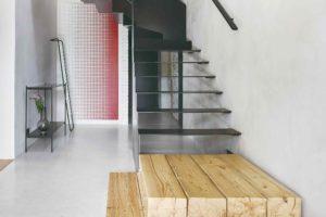 Kovové schodiště a drevěné stupne