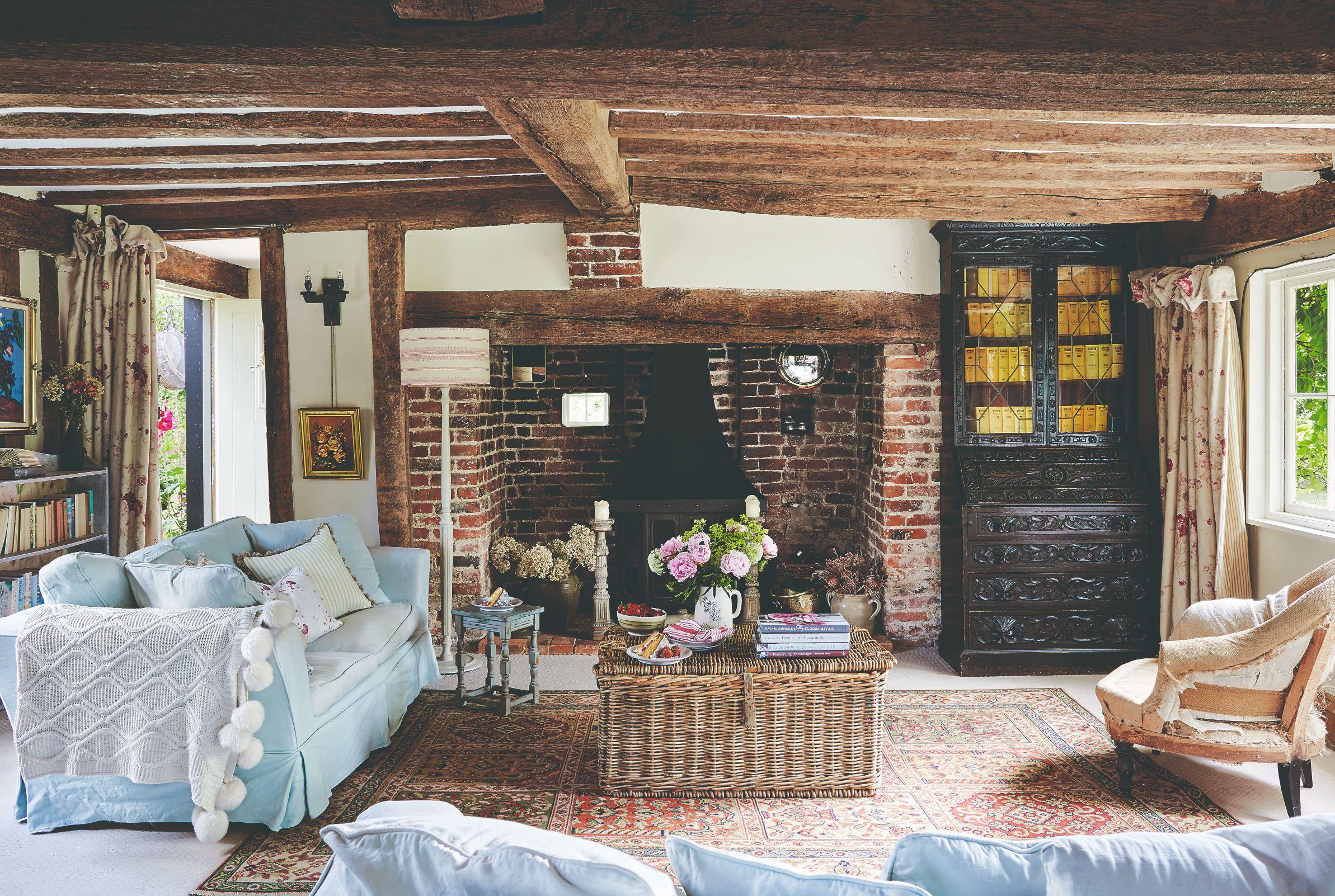 Obývací pokoj s trámy a masivní kredenc