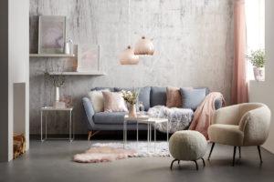 Pohovka v obývacím pokoji sivá růžová