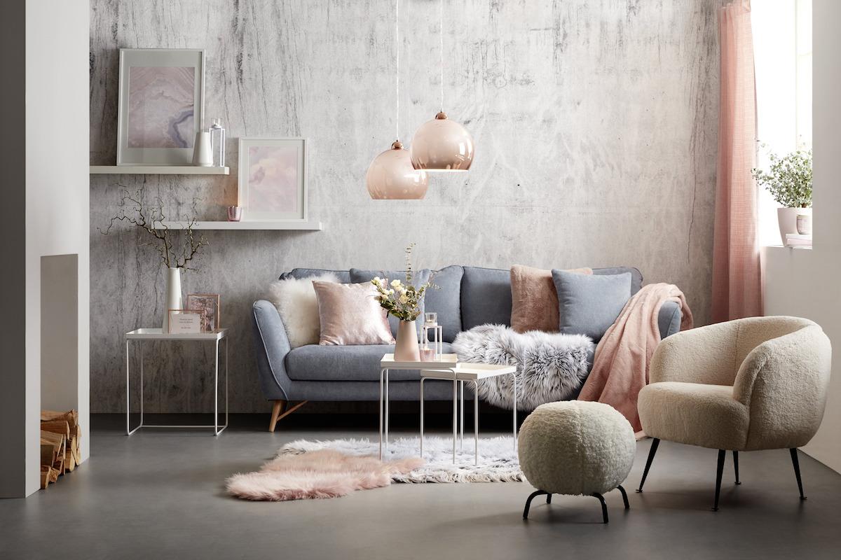 Pohovka v obývacím pokoji