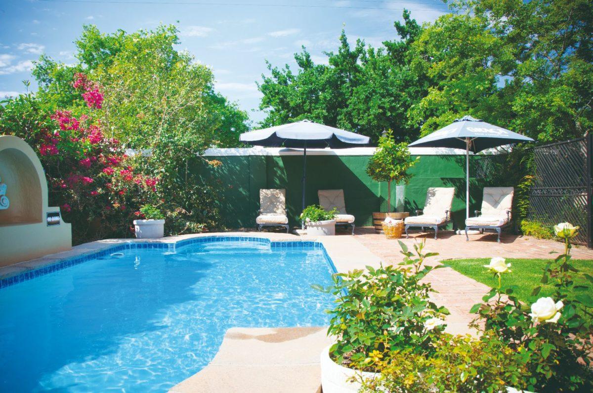 Zelená zahrada a bazén
