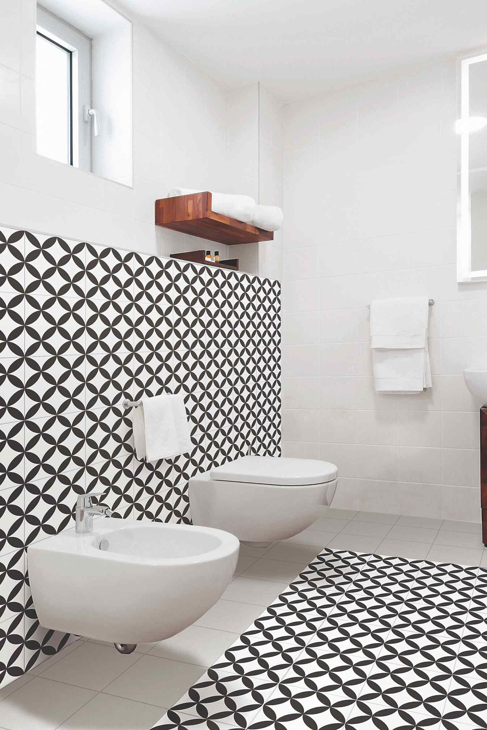 Dojem z levitujících mís v koupelně