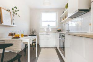 Úzká kuchyň v paneláku