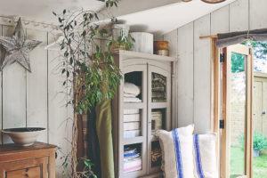 Stará šatní skříň a skříň s umyvadlem