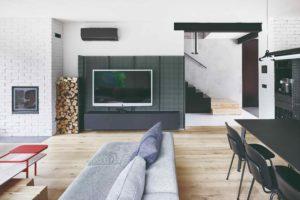 Černý ocelový plech v obýváku za tv