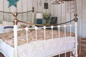 Ložnice s velkou rustikální postelí