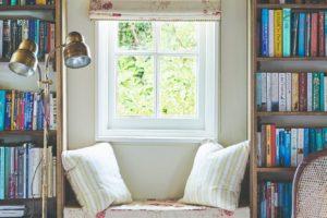 Okno sezení mezi knihovnou
