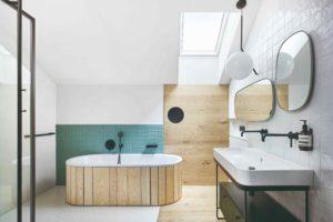 Koupelna vana s drevěným obkladem strešné okno