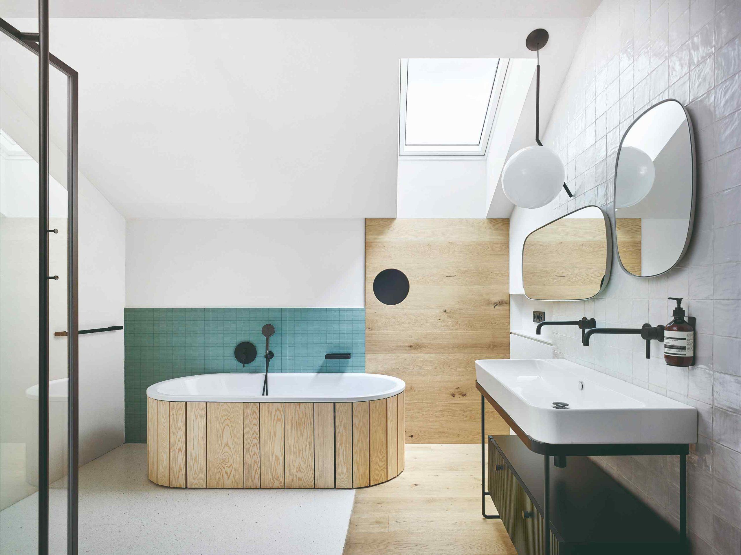 Koupelna vana s drevěným obkladem a strešné okno