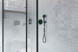 Černý ocelový rám sprchový kout