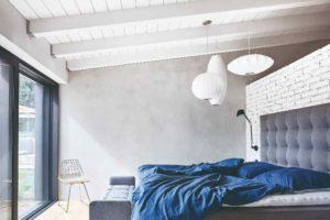 Sivá ložnice bílé trámy