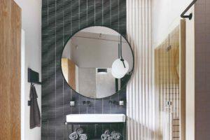 Sauna a místnost s velkým kruhovým zrcadlem