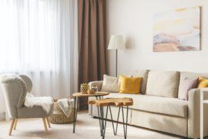 Světlý obývací pokoj s drevěnými stolky