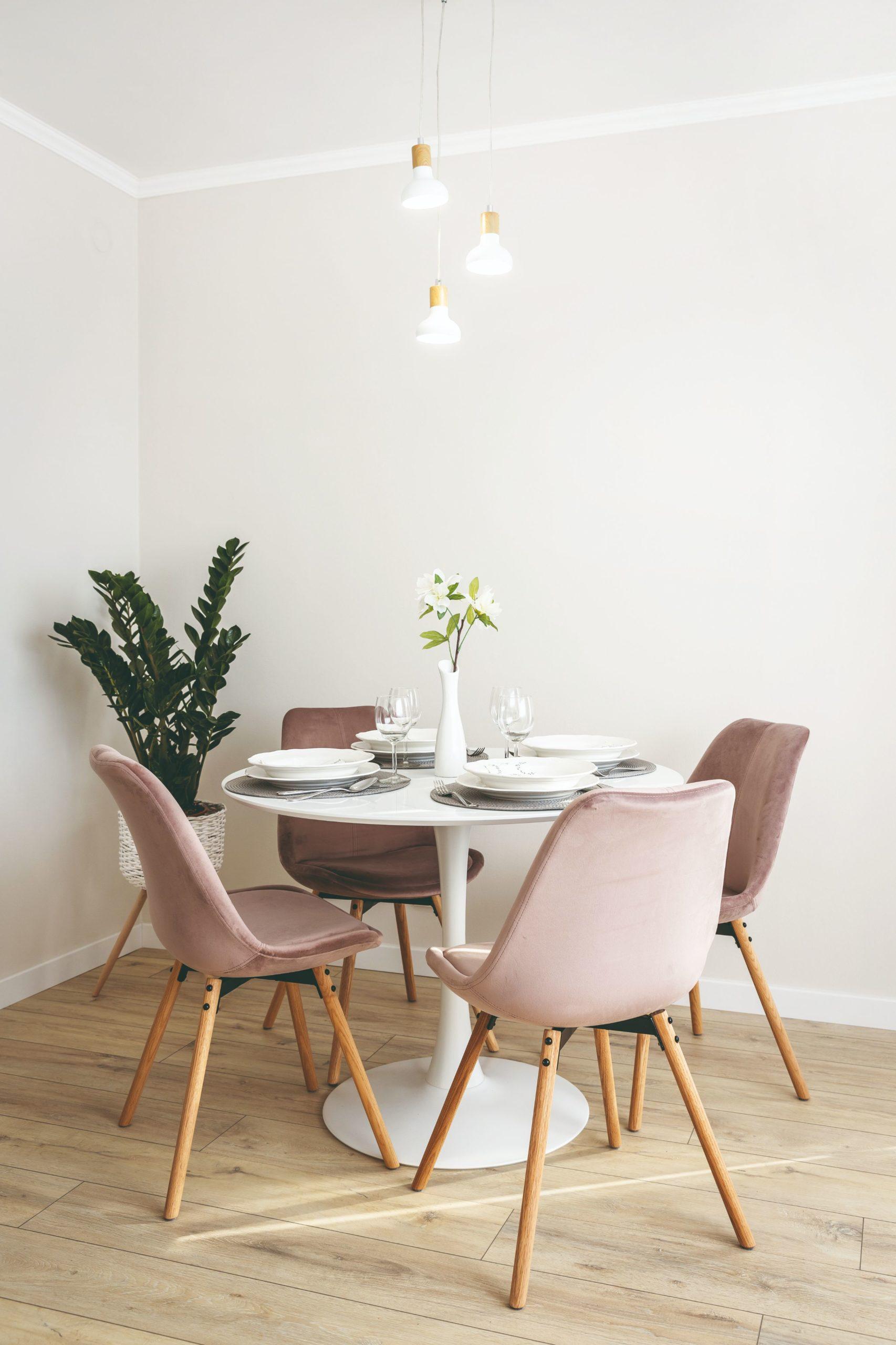 Jídelna jemná pastelová barva židlí