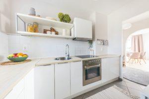 Bílá kuchyň v paneláku