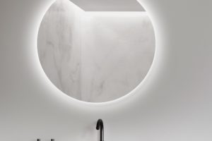 Podsvícené kulaté zrcadlo koupelna