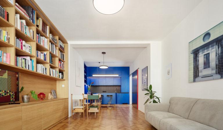 Funkcionalismus stavby vnesli i do interiéru. V pražském bytě nechybí ani barevné překvapení