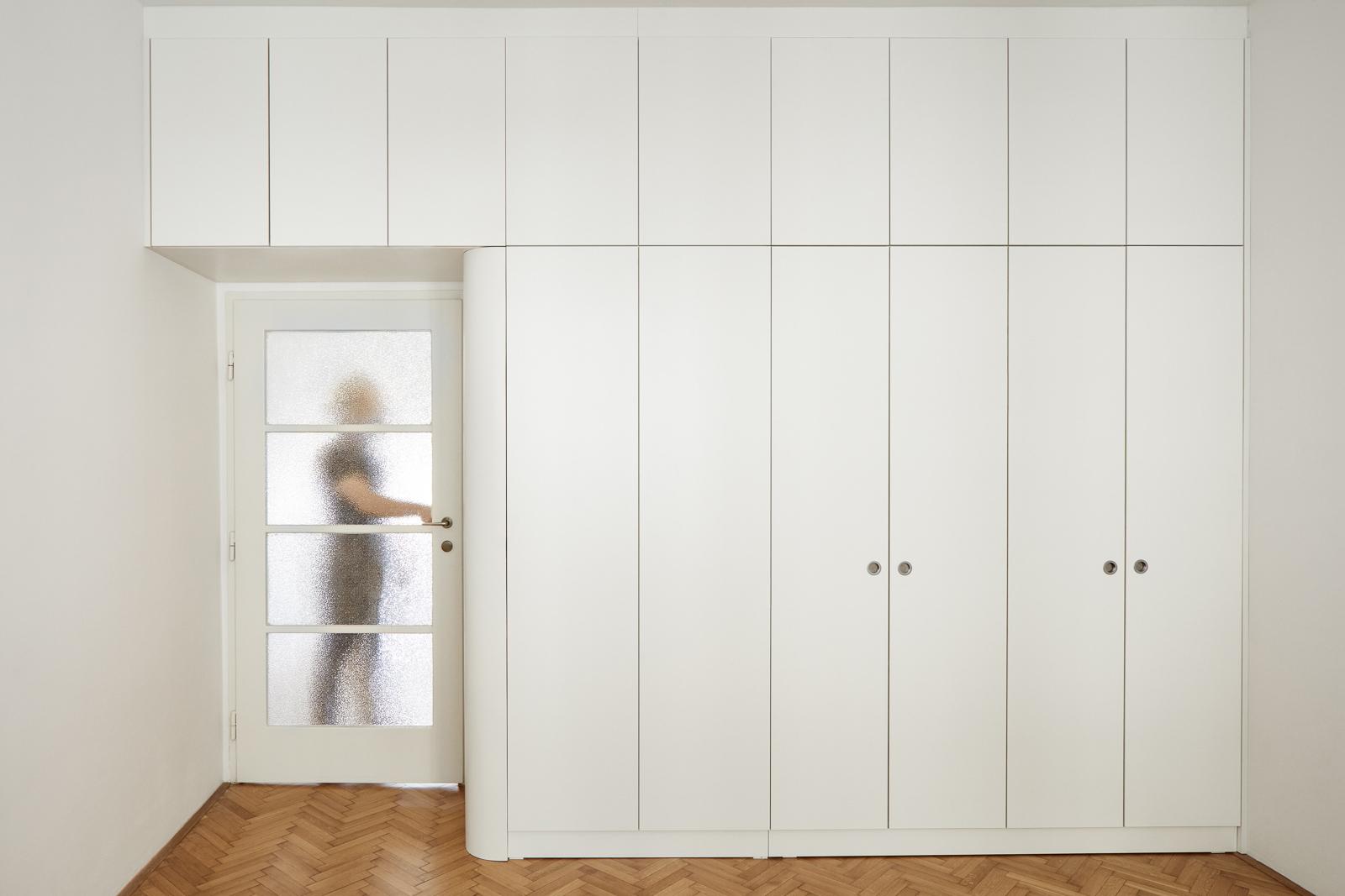 Vestavěný bílý nábytek na míru