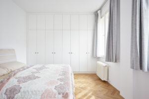 Bílá ložnice vestavěná skříň