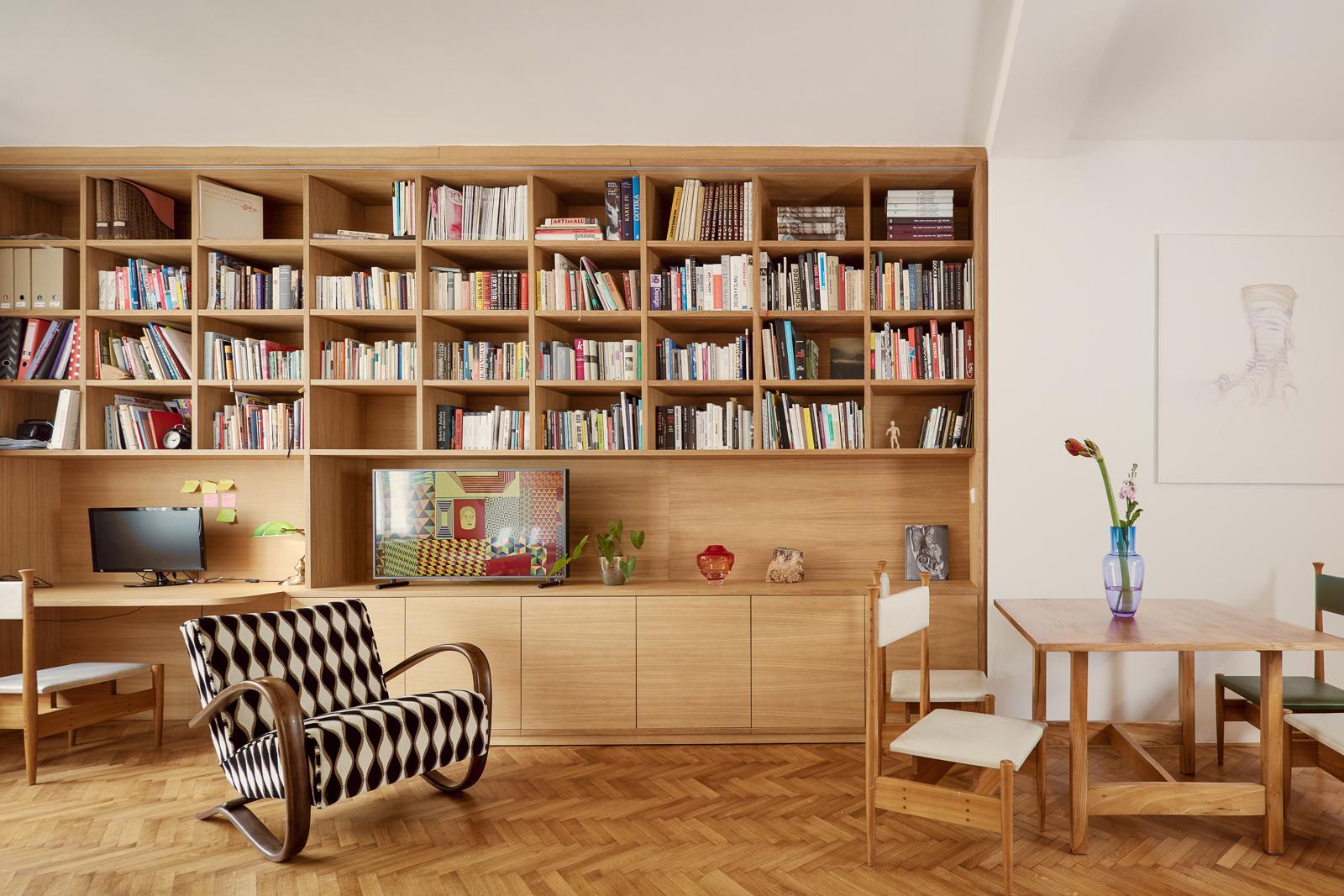 Knihovna na míru retro křeslo a jídelna