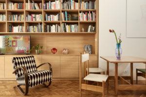 Knihovna na míru retro křeslo