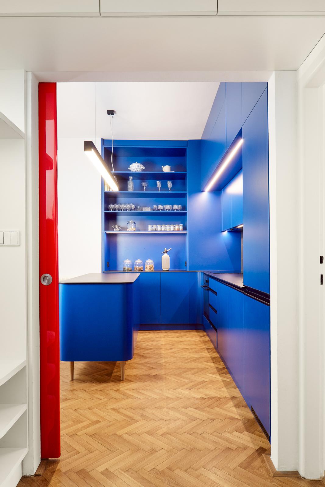 Rudé posuvné dveře kuchyň