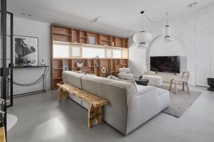 Obývací pokoj přírodní sivá pohovka