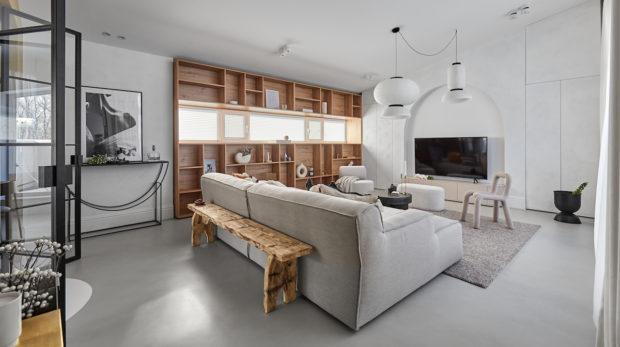 Ve dvoupodlažním bytě se střídají materiály i styly, navzdory tomu je vše v estetické rovnováze