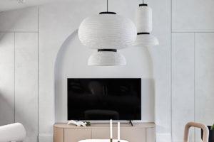 Bílá obývací část s velkými svítidly