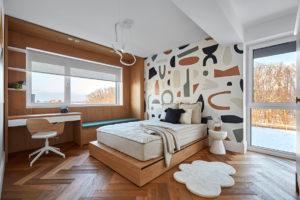Ložnice s barevnou tapetou