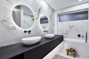 Bílá mramorová koupelna s vanou