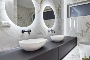 Mramorová koupelna dvě zrcadla podsvícení