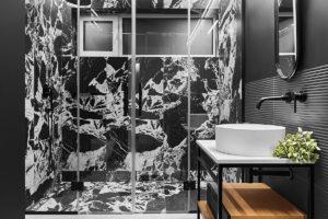 Výrazná černobílá mramorová koupelna