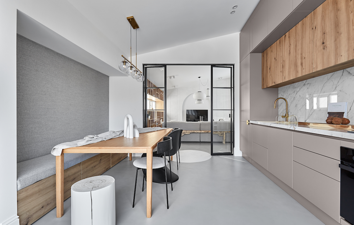 Kuchyň s jídelnou a přechod do obývacího pokoje