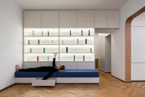 Zasouvací matrace pod knihovnou