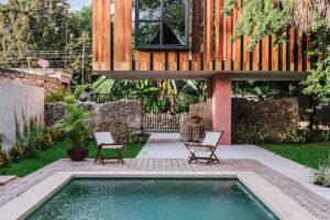 Vysunutá drevěná část domu a bazén