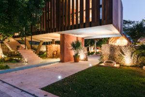 Noční dům s drevěnou pohyblivou zástěnou zahrada