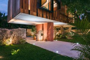 Noční dům s drevěnou fasádou zahrada