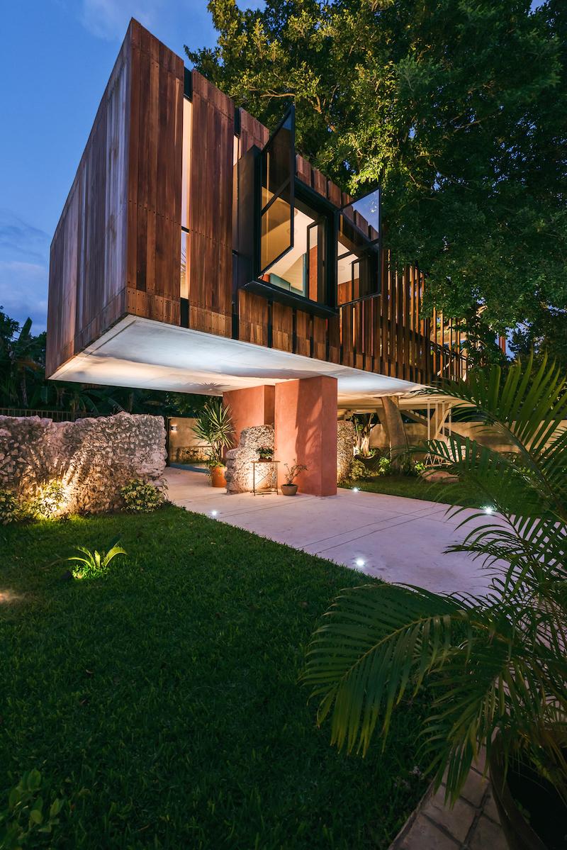 Noční dům s drevěnou fasádou