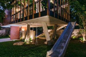 Skluzavka a houpačky noční dům