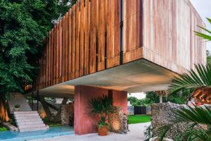 Dřevěné lišty na fasádě hranatého domu zahrada
