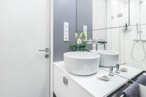 Šedo-černo-bílá koupelna