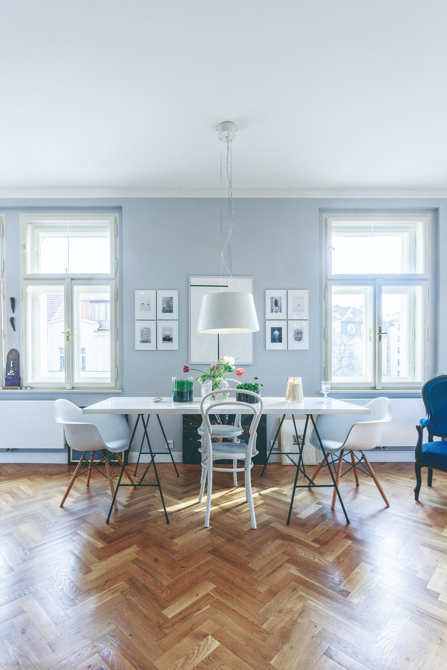 Vzdušná jídelna a kombinace židlí