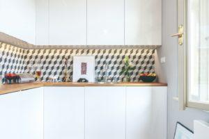 Bílá kuchyň s výrazným obkladem