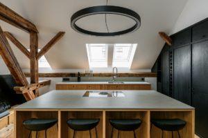 Podkrovní kuchyň bar velké svítidlo