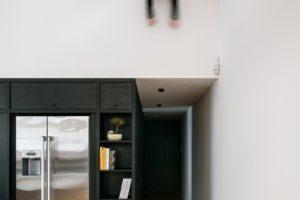 Okno z detského pokoje do obytné části