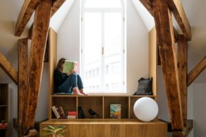 Čtecí koutek je ukryt pod složitou konstrukcí trámů okno