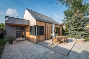 Malá terasa před dřevostavbou